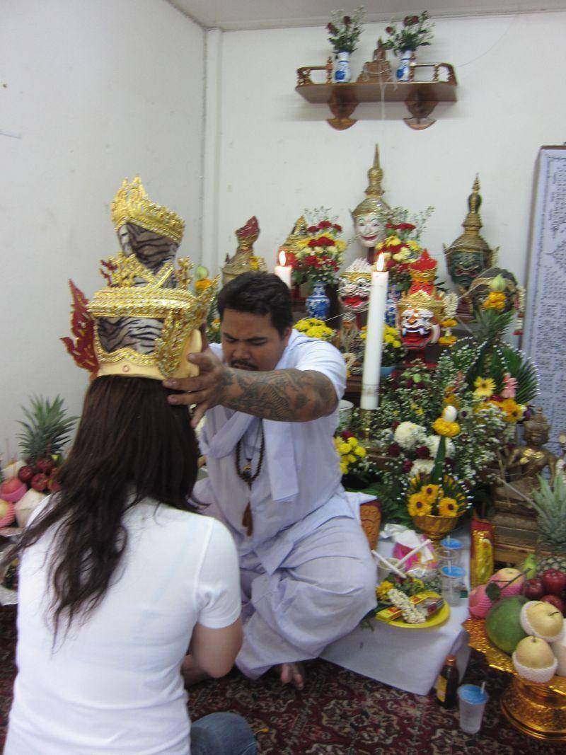阿贊布依大師為信眾祈福加持灌頂