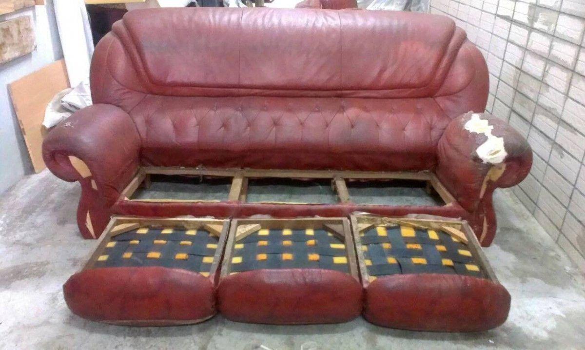修理沙發的第一步,就是像這樣把沙發坐墊整個拆開 !三人座牛皮沙發修理請找吉昌傢俱沙發工廠