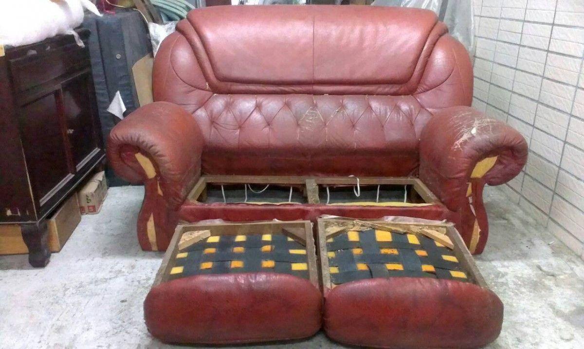 修理沙發的第一步,就是像這樣把沙發坐墊整個拆開 !雙人座牛皮沙發修理請找吉昌傢俱沙發工廠