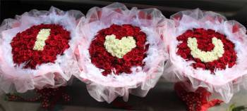 《I LOVE U》字樣組三束99朵玫瑰花束