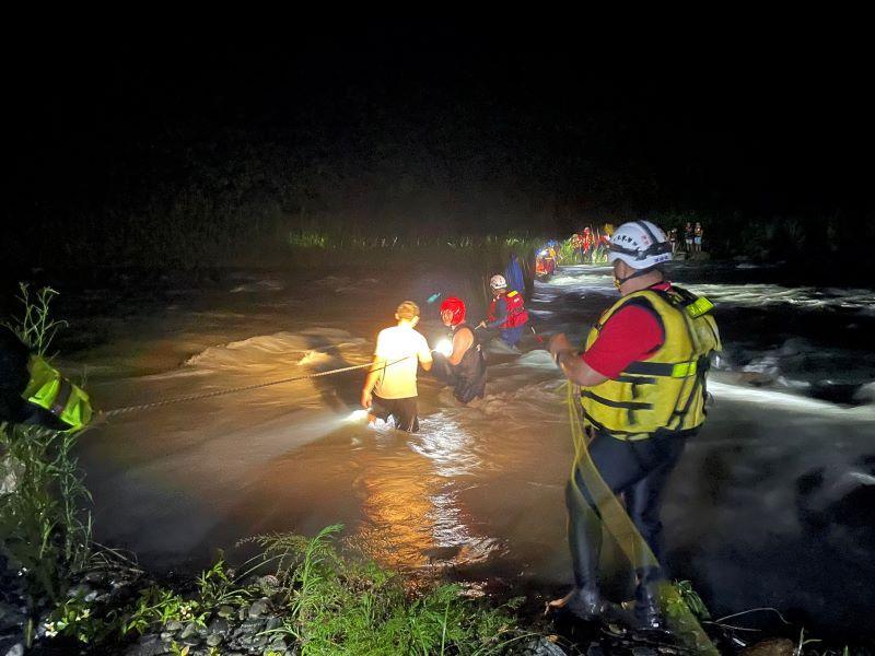 10多人溯溪受困  救災人員拋繩槍架設繩索救援協助脫困