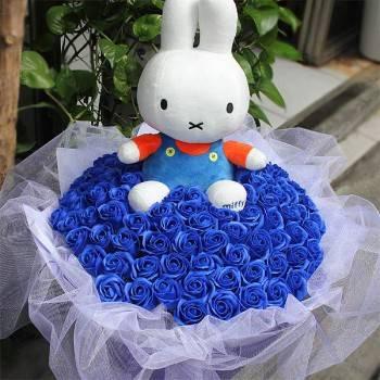 【特價花束】-《珍藏的愛》米飛兔+99朵藍皂玫瑰花束