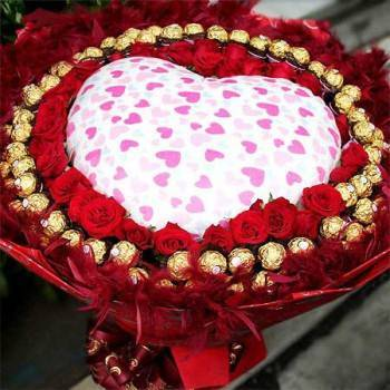 愛你久久》心型枕+33朵玫瑰+66朵金莎巧克力花束