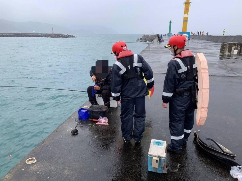 為防垂釣憾事發生  海巡署至烏石港實施防溺宣導