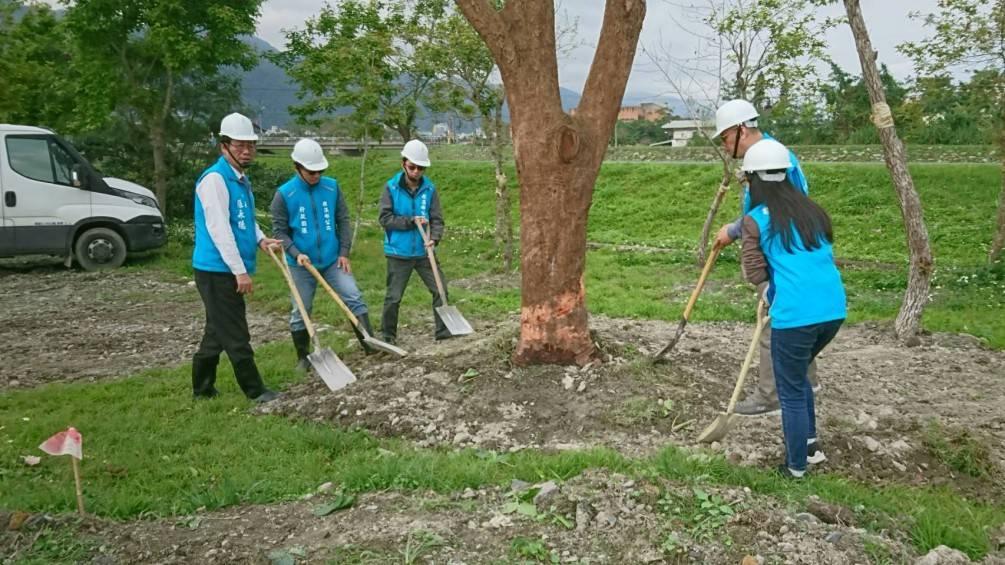 倡導植樹節   礁溪鄉長張永德為孩子種下綠色生活