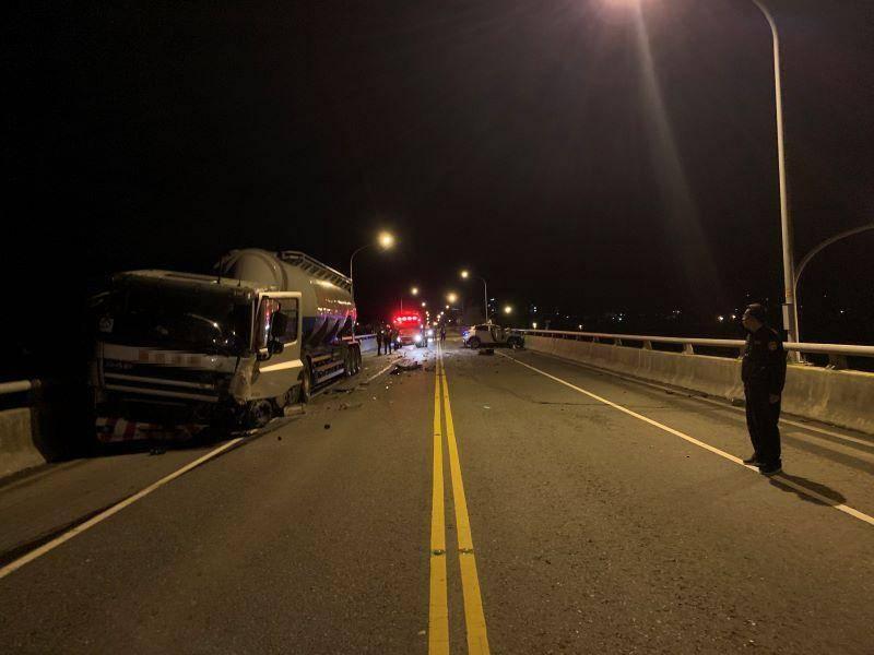 租賃小客車與營業曳引車於噶瑪蘭橋上發生車禍   造成一死一傷【影音新聞】