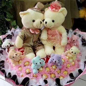《甜蜜家族》華麗婚侶熊6小熊99朵金莎巧克力花束