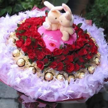 《激情時刻》KISS情侶99朵玫瑰金莎花束