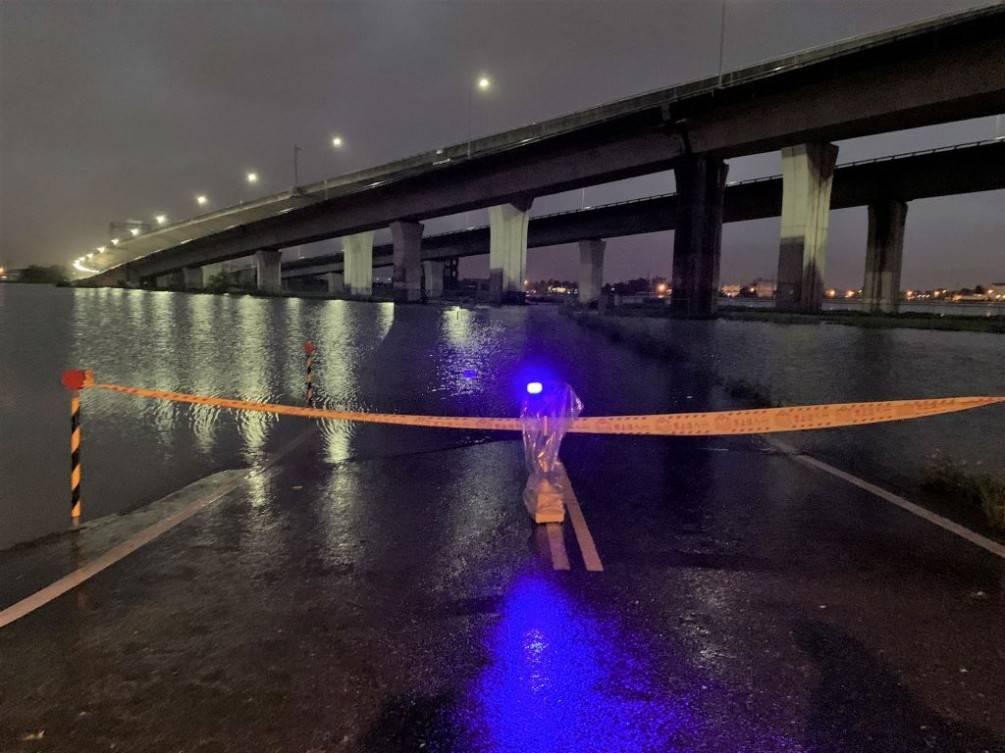 大雨淹沒冬山田埂道路  羅警拉封鎖線避免民眾發生危險