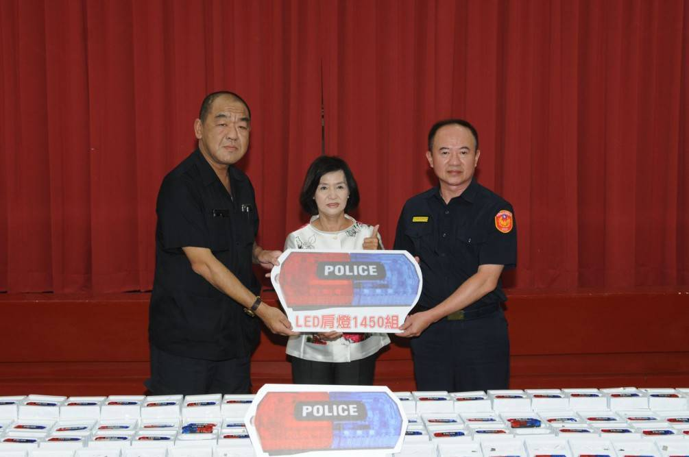 熱心人士捐「LED肩燈」 讓執勤員警安全又安心