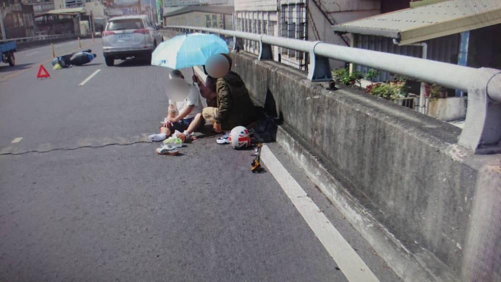 老翁東港橋自撞護欄受傷  熱心情侶協助撐傘與安撫【影音新聞】