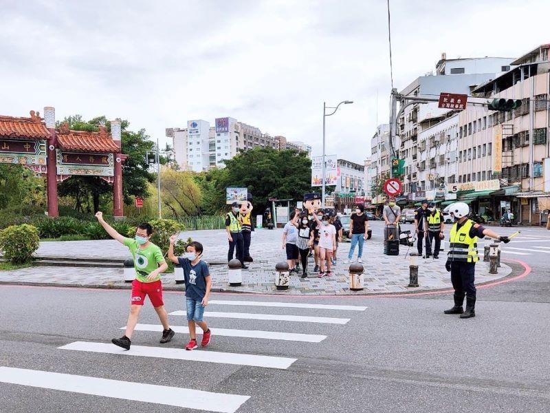 交通安全月宜警路口宣導行人路權  加強車輛與行人守法觀念【影音新聞】