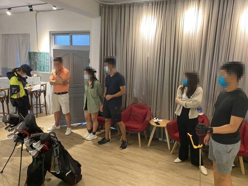 無視三級警戒令   5民眾室內群聚打高爾夫!【影音新聞】