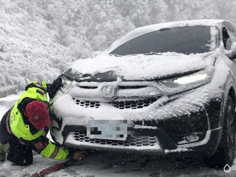 民眾太平山追雪受困雪地  三星警忍寒冷協助脫困【影音新聞】