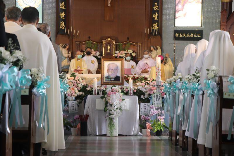 「我係正港的台灣人」! 李智神父殯葬彌撒,近千人感恩道別 !