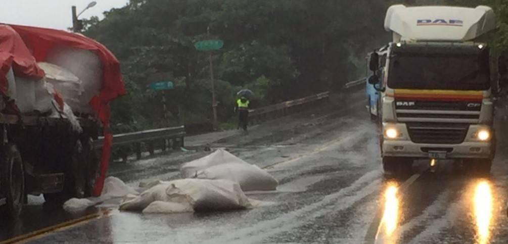濱海公路兩曳引車擦撞  車上物品掉落一地  礁警冒雨維護交通【影音新聞】