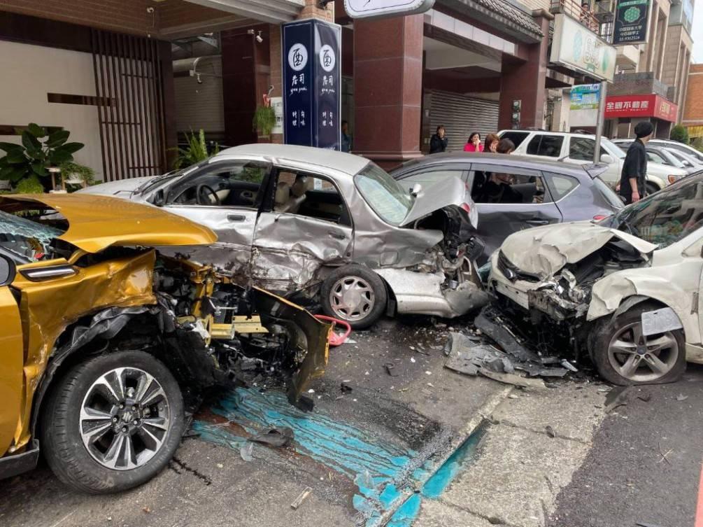 自小客車失控撞4輛自小客車及2輛重機車  致3人受傷送醫