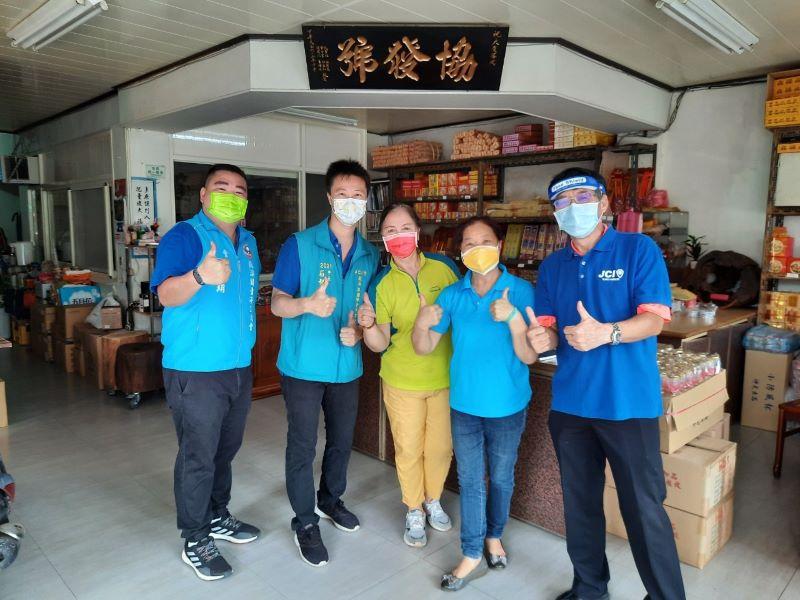 守護傳統市場攤販的健康  蘇澳港青商會發送防護面罩