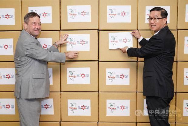 台灣援贈以色列10萬片口罩,協助醫護人員對抗COVID-19疫情,外交部常務次長曹立傑,駐台北以色列經濟文化辦事處代表柯思畢(外交部提供)