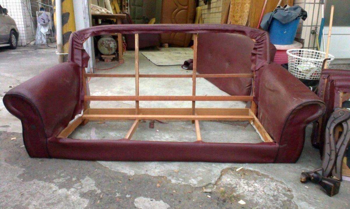 修理沙發的第一步,就是像這樣把沙發坐墊及靠背整個拆開 !雙人座牛皮沙發修理請找吉昌傢俱沙發工廠