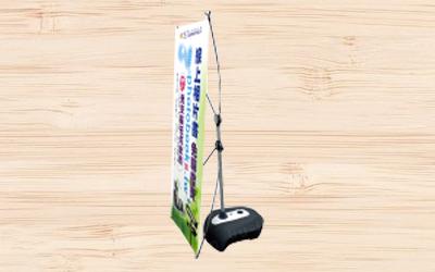注水X型架注水後可達11kg,適合長期擺放於戶外騎樓使用。