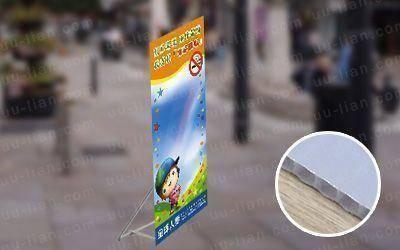 中空板人形立牌具耐高溫、透光佳、質料輕等特性,常運用在廣告看板、戶外立牌使用